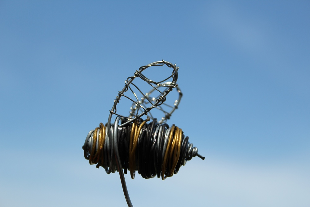 Wire Sculptures, Cat and Bee 012 – Copy | The Cozy Red